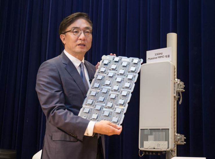 Kim Young-ki, former head of Samsung Electronics' network business division, shows the firm's 5G network gear in a press conference at the tech firm's headquarters in Suwon, Gyeonggi Province, July 13. / Courtesy of Samsung Electronics