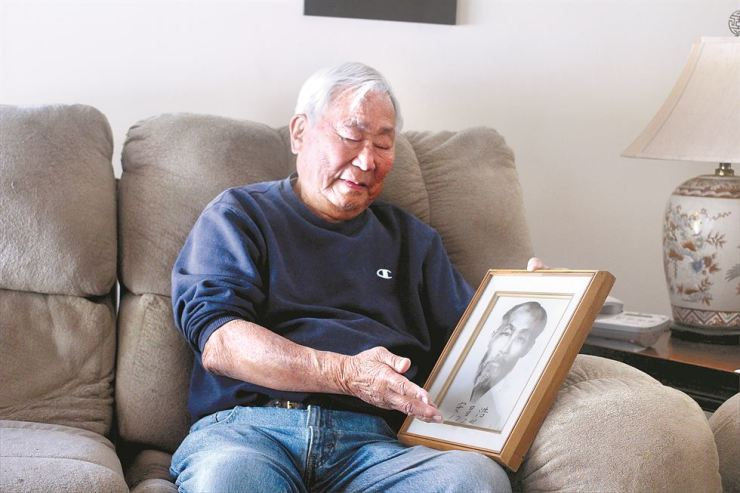 Ralph Ahn, the youngest son of independence activist and reformer Ahn Chang-ho, holds his father's last photo taken before his death in his home in Mission Hills in L.A. on Feb. 22.         /    Korea Times photo by Park Jin-hai