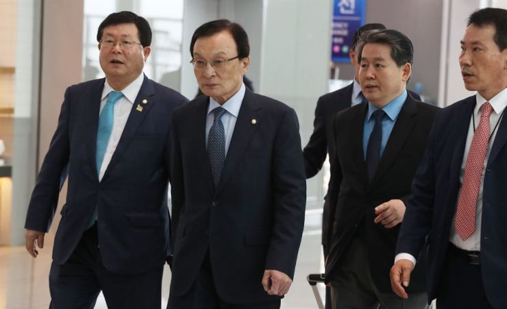 Rep. Lee Hae-chan, center, chairman of the ruling Democratic Party of Korea (DPK) arrives at Incheon International Airport, Monday, before traveling to Vietnam to meet with his political counterparts there and boost ties with Hanoi. / Yonhap