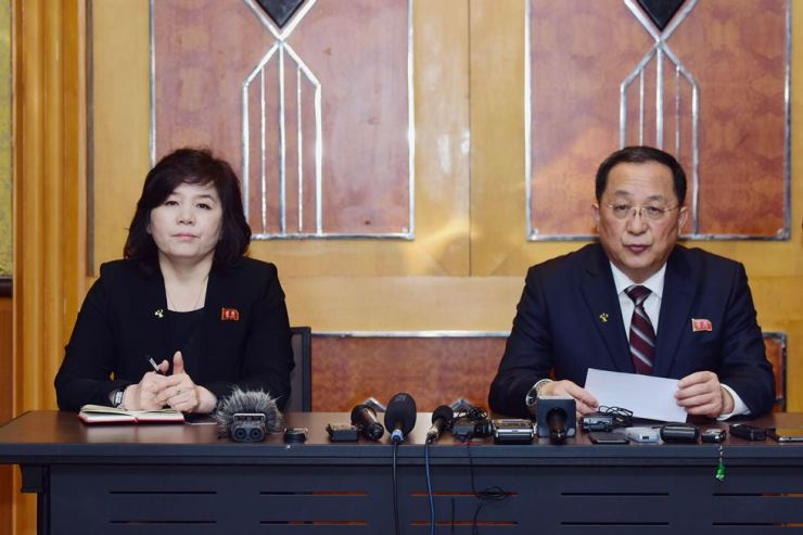 North Korean Foreign Minister Ri Yong-ho, right, speaks as vice-minister of Foreign Affairs Choe Son-hui looks on during a press conference at the Melia Hotel in Hanoi early Friday, following the abrupt end of the U.S.-North Korea summit Thursday. The North Korean official said that contrary to the claims made by U.S. President Donald Trump earlier the same day, Pyongyang had offered to dismantle its Yongbyon nuclear plant in exchange for partial sanctions relief at the summit between North Korean leader Kim Jong-un and Trump. / AFP-Yonhap