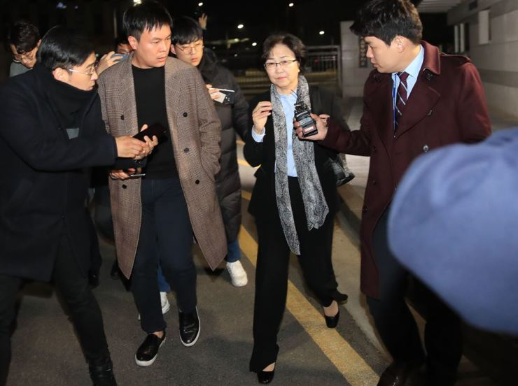 Former Environment Minister Kim Eun-kyung leaves Seoul Dongbu Detention Center, early Tuesday morning, after a court turned down the prosecution's request for an arrest warrant for Kim. / Yonhap