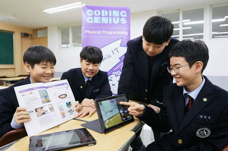 Students at Shinil Middle School in Seoul participate in LG CNS' software education program, dubbed Coding Genius, Thursday. / Courtesy of LG CNS