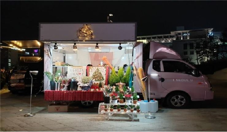 Visitors to three Hangang parks will be able to buy flowers at Seoul City's flower trucks between March 26 and April 4. Courtesy of Seoul Metropolitan Government