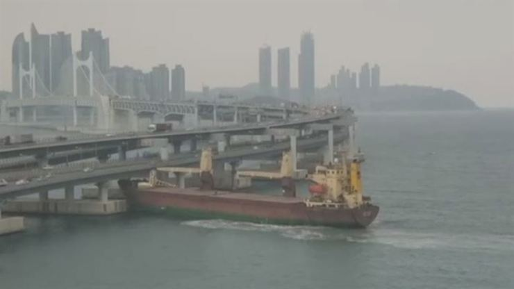 The Russian freighter Seagrand collides with Gwangan Bridge in Busan, Thursday. Screen capture from YouTube