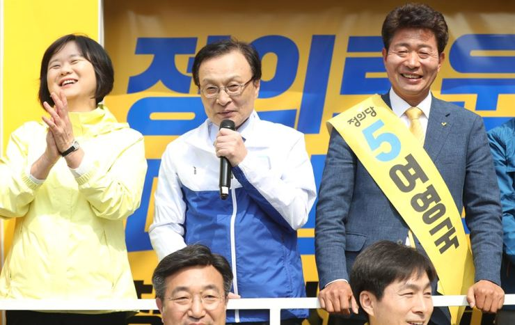 Rep. Lee Hae-chan of the ruling Democratic Party of Korea, center, makes a speech for Yeo Young-guk, right, a single candidate from the liberal party for the Changwon district in South Gyeongsang Province during an election campaign in the city, Friday. Early voting has begun to elect lawmakers in two constituencies in South Gyeongsang Province for April 3's Assembly by-elections, which are being seen as a political litmus test for the upcoming 2020 general elections. / Yonhap