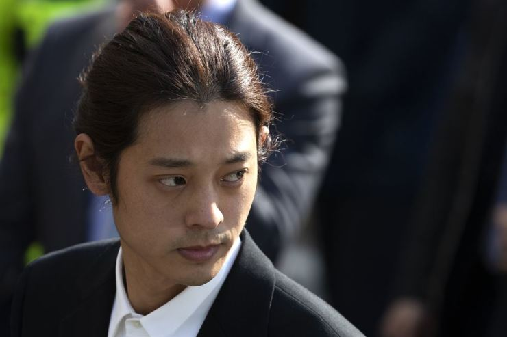 Jung Joon-young looks back as he walks to Seoul Metropolitan Police Agency in Jongno-gu for questioning on Thursday morning. Korea Times photo by Choi Won-suk