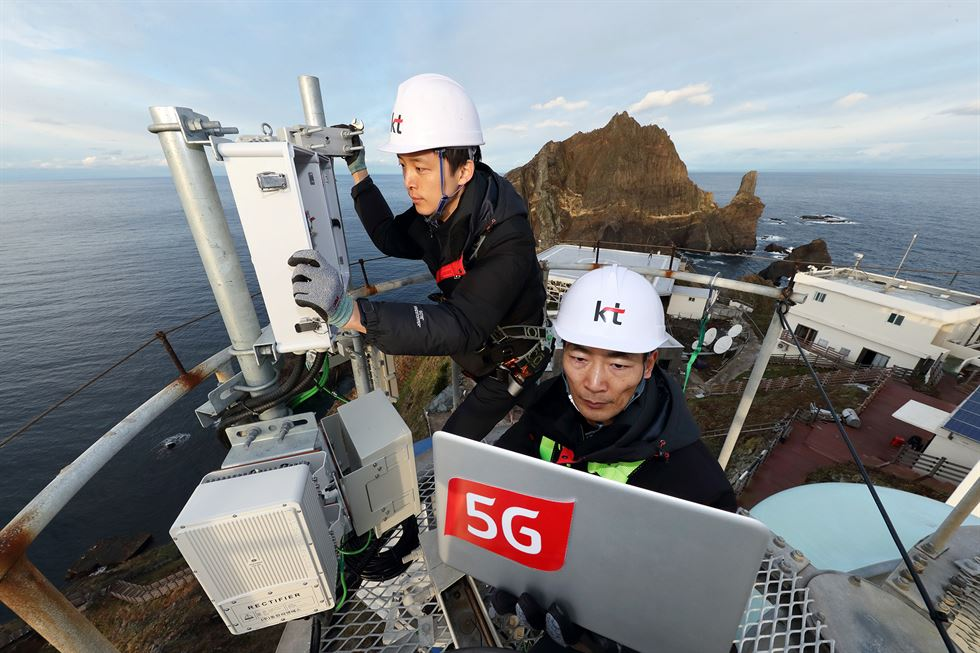 LG Uplus engineers check a 5G base station installed at Songdo in Incheon. Courtesy of LG Uplus