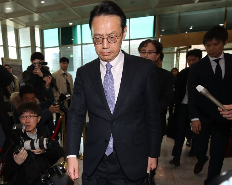 Kenji Kanasugi, director-general of the Japanese foreign ministry's Asian and Oceanian Affairs Bureau, enters the headquarters of the Ministry of Foreign Affairs in Seoul, Thursday. He had two hours of talks with his South Korean counterpart, Kim Yong-kil, director-general for Northeast Asian affairs at the ministry, to resolve a months-long conflict over a ruling by the top court in Seoul on Korean victims of forced labor. / Yonhap