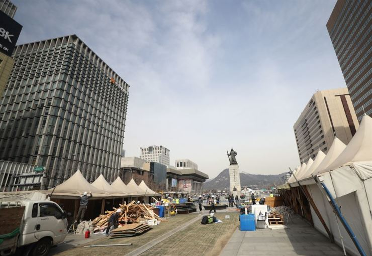 Workers take down Sewol tents at Gwanghwamun Square in central Seoul, Monday. Yonhap