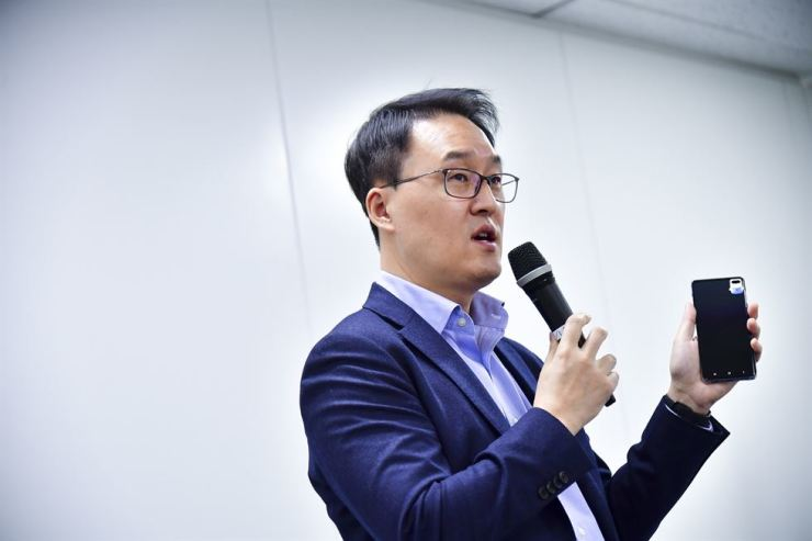 Yang Byung-duk, vice president of Mobile Communications R&D Group at Samsung Electronics, speaks during a press conference at the firm's office in central Seoul, Thursday. / Courtesy of Samsung Electronics