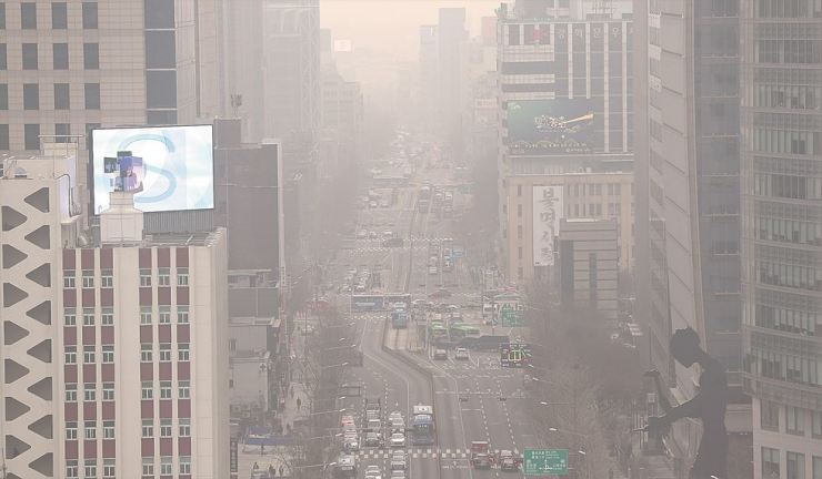 Fine dust covers Jongno district in Seoul, Wednesday. Fine dust warning have been issued in Seoul and surrounding regions as the concentration level exceeded 75 microgram per cubic meter for two consecutive hour. Yonhap