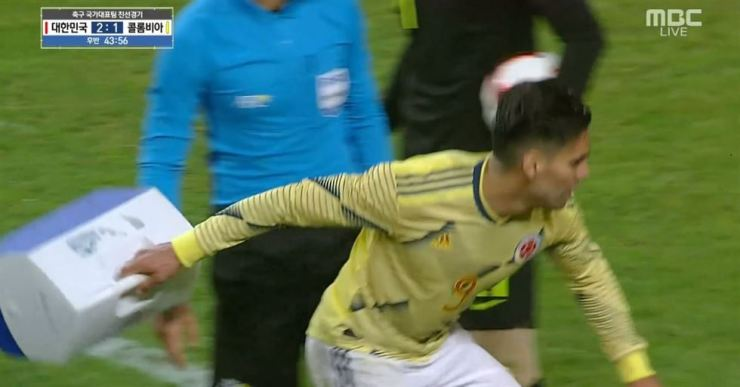 Colombian Radamel Falcao throws the South Korean team's medical kit icebox during the friendly match at Seoul World Cup Stadium in Sangam-dong, Mapo-gu, Tuesday. The action cost him a yellow card. Screen capture from YouTube