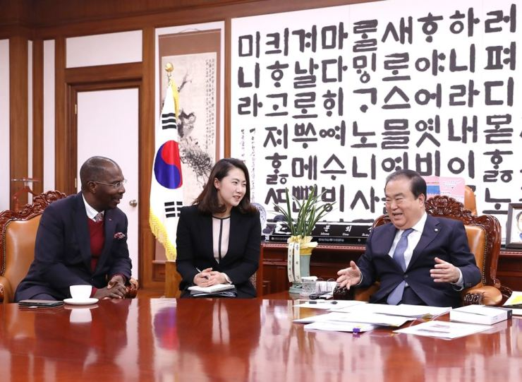 Angolan Ambassador to Korea Albino Malungo, left, speaks with National Assembly Speaker Moon Hee-sang at Moon's office in Seoul, March 16. / Embassy of Angola