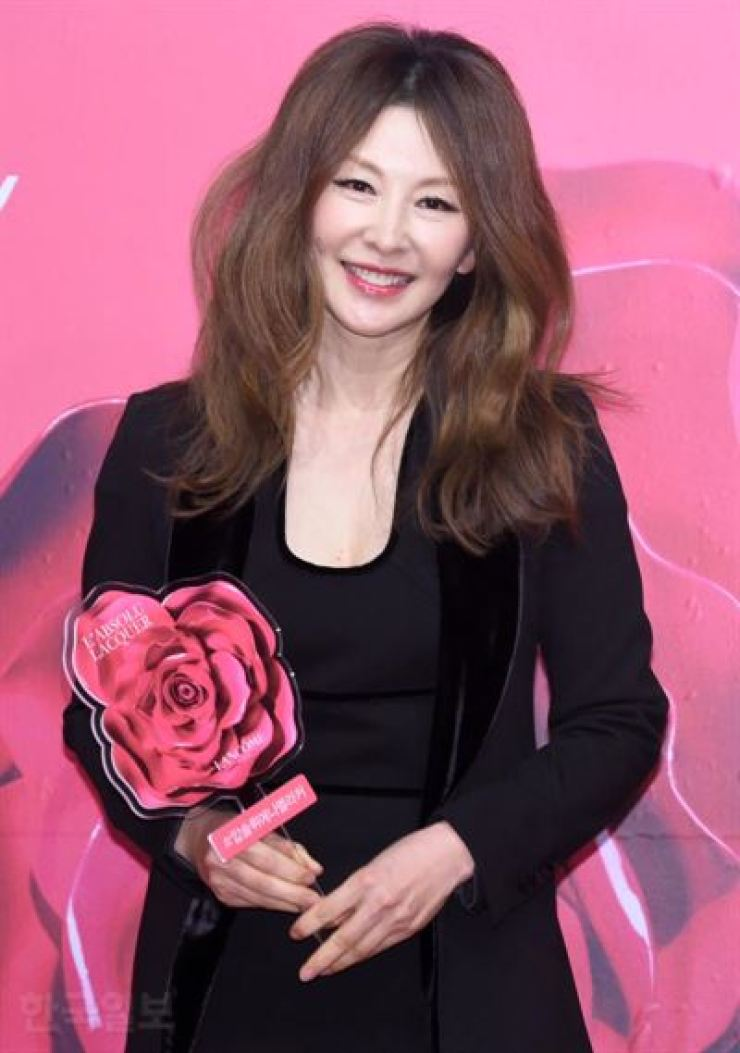 Actress Lee Mi-sook poses at Lancome ceremony in 2018. Korea Times file.