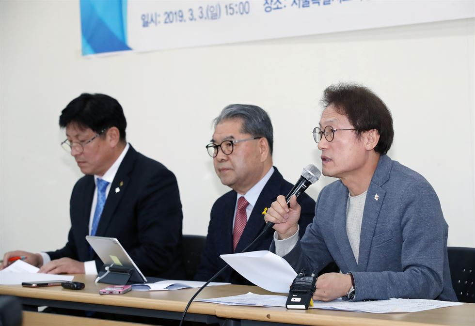 Korea Kindergarten Association head Lee Deok-sun announces that members will continue to protest against the government's plan for tougher regulations by suspending the opening for the new semester. / Yonhap
