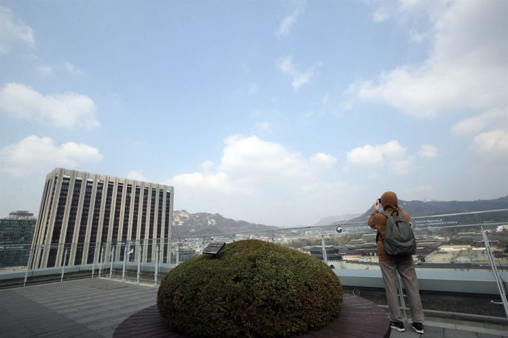 The sky cleared over downtown Seoul on Thursday after dense smog that choked the country for a week was blown away. The density of airborne ultrafine dust fell to normal levels in most parts of the country. Clear skies are expected to continue through Friday, the state weather agency said. Yonhap