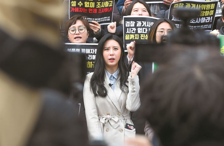 Actress and model Yoon Ji-oh, center, and women's rights activists protest in front of the Sejong Center for the Performing Arts in central Seoul last Friday, to urge the government to reinvestigate the death of fellow actress Jang Ja-yeon. / Yonhap