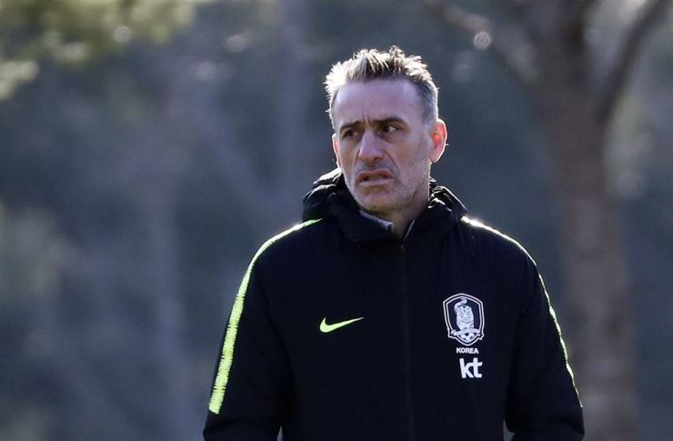National football team coach Paulo Bento looks at players (not seen in this photo) practicing at the National Football Training Center in Paju, Gyeonggi Province, on Sunday. Korea is set to face Colombia in a friendly on Tuesday. Yonhap