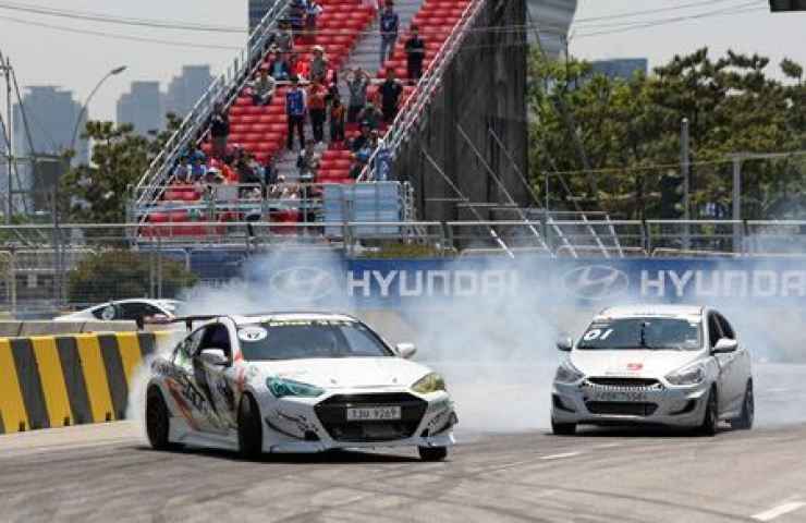 Cars race during the Veloster Turbo Masters on Songdo, west of Seoul, May 2015. Hyundai Motor hosted the racing competition, along with various other events during the Brilliant Motor Festival. Yonhap