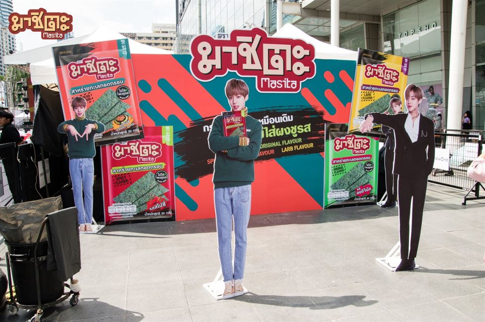 Park Ji-hoon, right, holds a bag of Masita Seaweed at a promotional event at Central World in Bangkok on Mar. 8. Photo from Masita Seaweed's Twitter