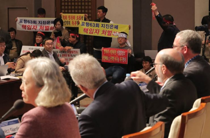 Civic protesters from Pohang, where a series of earthquakes reaching magnitude 5.4 in 2017 destroyed thousands of houses, call for the Korean government to take the disaster's responsibility at Press Center in Jung-gu, Seoul, Wednesday, as a panel of experts concluded in a press conference the quakes could have been triggered by an experimental geothermal power plant. Yonhap