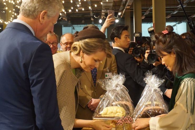 Queen Mathilde of Belgium takes a piece of pork at the Belgium Life Festival held at S-Factory building in Seongsu coffee street. The festival will run from Thursday to Saturday. Korea Times photo by Jung Hae-myoung