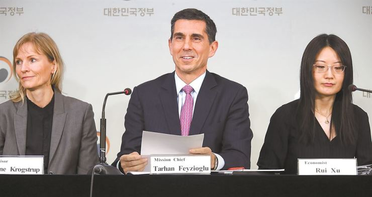 Tarhan Feyzioglu, center, the head of the IMF mission, announces its analysis of and suggestions for the Korean economy at a press conference in Seoul, Tuesday. Yonhap