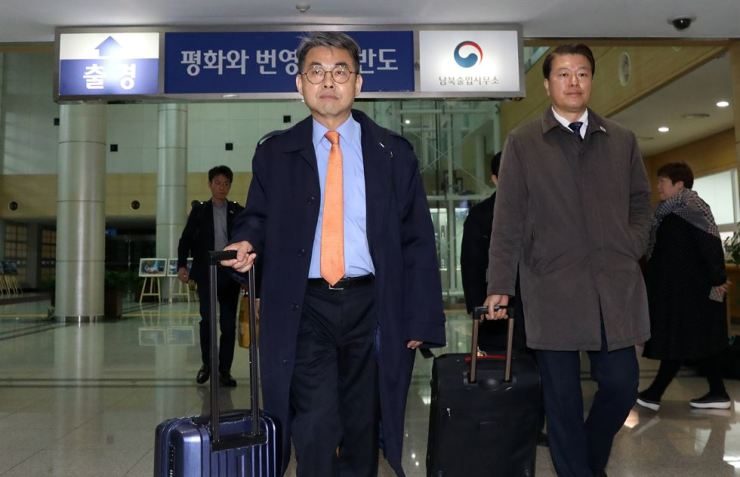 Kim Chang-su, center, deputy chief of the inter-Korean liaison office in Gaesong in North Korea,  heads to Gaeseong along with other South Korean officials at the border transit office in Paju, Gyeonggi Province, Monday. Joint Press Corps