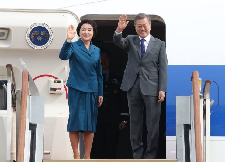 President Moon Jae-in and his wife Kim Jung-sook wave before heading to Brunei, the first stop on his three-nation tour, at the Seoul airport in Seongnam, Sunday. Yonhap