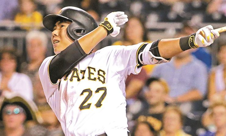 Pittsburgh Pirates' Kang Jung-ho watches a solo home run off St. Louis Cardinals starting pitcher Luke Weaver during the fourth inning of a baseball game in Pittsburgh, Tuesday. AP-Yonhap