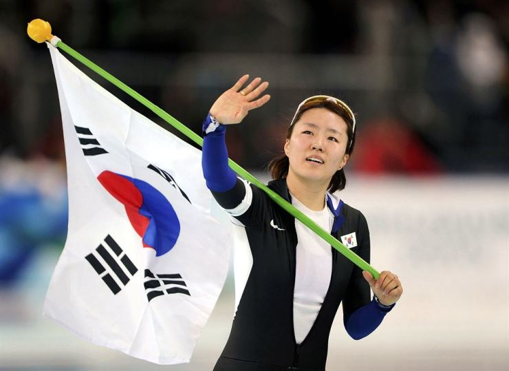 South Korea's Lee Sang-Hwa waves to the crowd while after winning the women's 500 meters speed skating race at the Vancouver 2010 Winter Olympics. Reuters-Yonhap