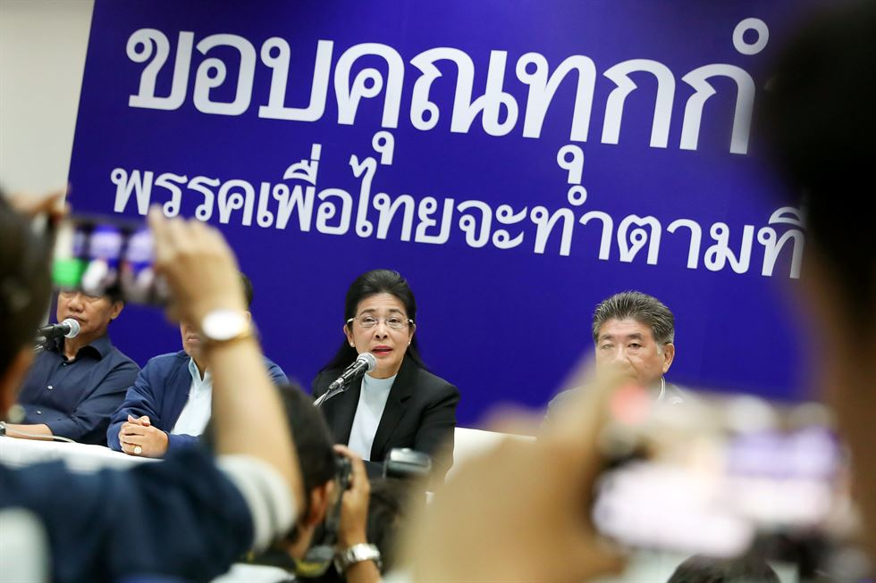 Leader of the pro-junta political party Palang Pracharath, Uttama Savanayana (C) and members of an executive committee during a press conference at the Palang Pracharath Party in Bangkok, Thailand, Mar. 24, 2019. EPA-Yonhap