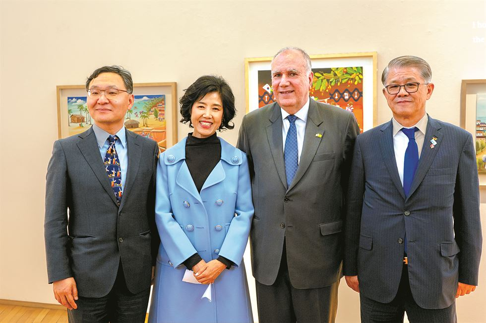Brazilian Ambassador to Korea Luis Henrique Sobreira Lopes, right, congratulates Brazilian-born designer Carol Ji-young Lee on winning a logo design contest, March 19. / Embassy of Brazil