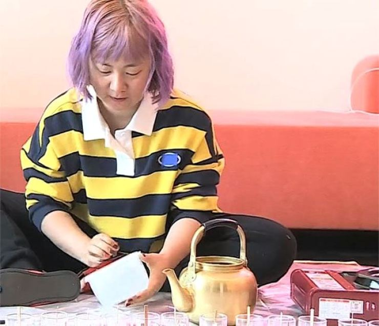 Comedian Park Na-rae handcrafts scented candles in the Nov. 30 episode of MBC TV's reality program 'I Live Alone.'