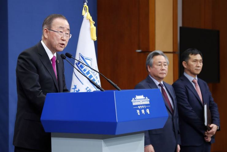 Former U.N. secretary-general Ban Ki-moon speaks in a press conference at Cheong Wa Dae, Thursday, after accepting South Korean President Moon Jae-in's offer to lead a new government organization tackling the country's rising air pollution caused by particulate matters. Yonhap