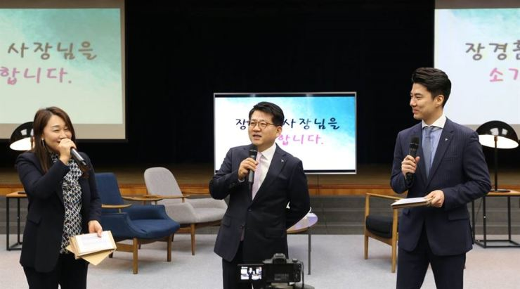 Chang Kyung-hoon, center, the new KEB Hana Card chief executive, speaks to his employees at a forum held during his inauguration ceremony at Hana Financial Group's headquarters in Seoul, March 25. Courtesy of KEB Hana Card