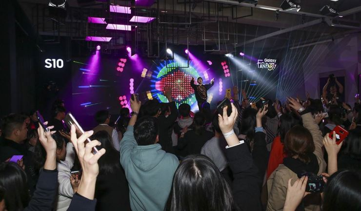 Rapper Zico performs during a Galaxy Fan Party event organized by Samsung Electronics in Gwangju, Saturday. / courtesy of Samsung Electronics