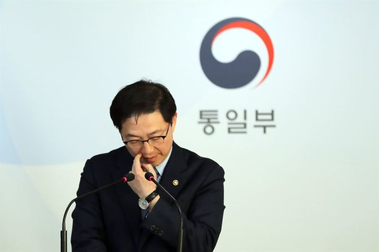 Vice Unification Minister Chun Hae-sung makes an announcement on North Korea's decision to pull its staff from the inter-Korean liaison office, Friday. / Yonhap