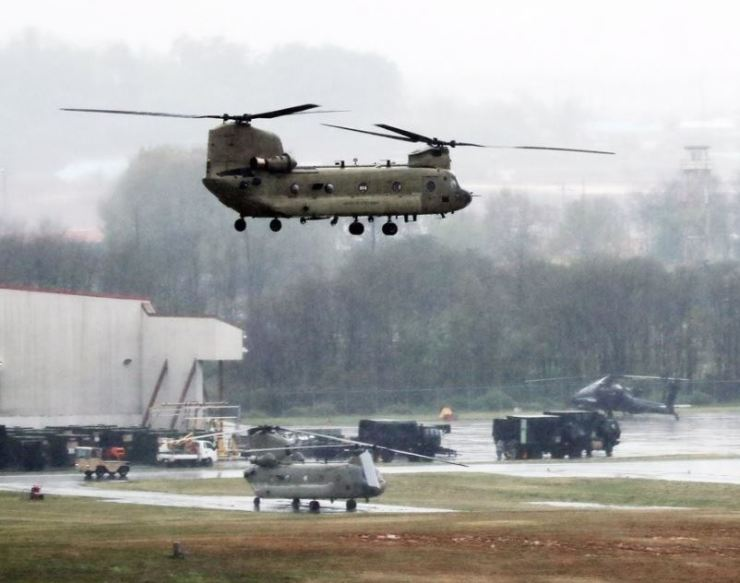 A CH-47 Chinook helicopter flies above the United States Army Garrison-Humphreys in Pyeongtaek, Gyeonggi Province on Apr. 23 last year for a Key Resolve command post exercise. / Yonhap