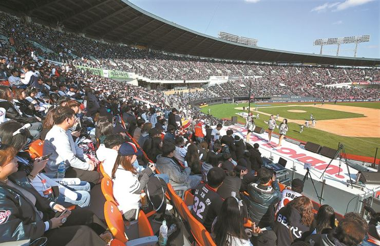 Seoul's Jamsil Baseball Stadium is crowded with spectators during the opening games of the 2019 Korea Baseball Organization League regular season between the Doosan Bears and the Hanwha Eagles on Sunday. The Eagles routed the Bears 11-1. / Yonhap