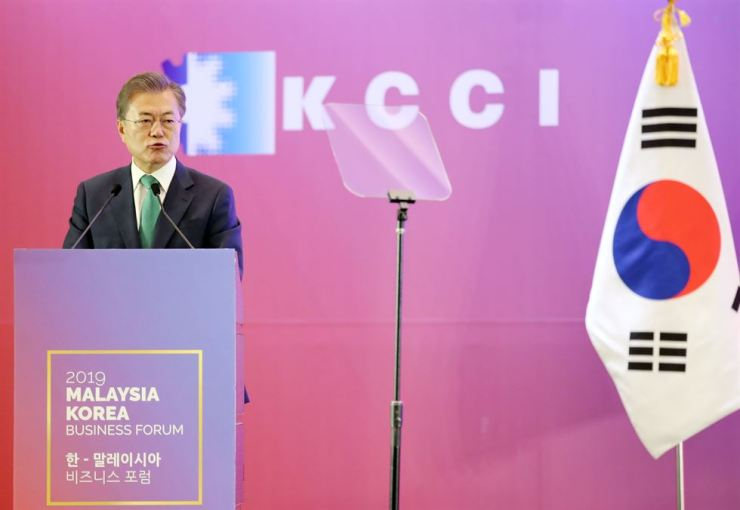 President Moon Jae-in delivers his keynote speech at the start of 'South Korea-Malaysia Business Forum' held at the Mandarin Oriental Hotel, downtown Kuala Lumpur, Thursday afternoon. Yonhap