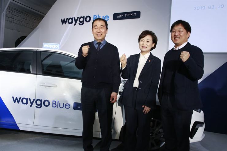 Oh Kwang-won, left, CEO of Tago Solutions, poses with Land, Infrastructure and Transport Minister Kim Hyun-mee, center, and Kakao Mobility CEO Jung Joo-hwan during a launching event of new ride-hailing service at the Pier59 Studios in Seoul, Wednesday. / Courtesy of Tago Solutions