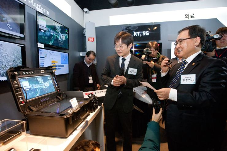 Science and IT Minister Yoo Young-min, right, visits KT's Gwacheon office in Gyeonggi Province, Feb. 20, to check on preparations for commercial 5G service. / Courtesy of Ministry of Science and ICT