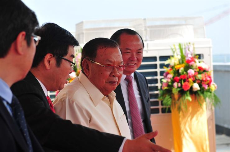 Bounnhang Vorachith (second from right), general secretary of the Lao People's Revolutionary Party Central Committee and president of Laos, inspects Saysettha Comprehensive Development Zone in Vientiane, the capital of Laos, March 7. Xinhua-Yonhap