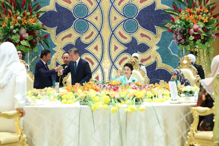 President Moon Jae-in toasts with Hassanal Bolkiah, Sultan of Brunei, during a recent trip there. The Islam country doesn't encourage toasts even with nonalcoholic drinks. Korea Times
