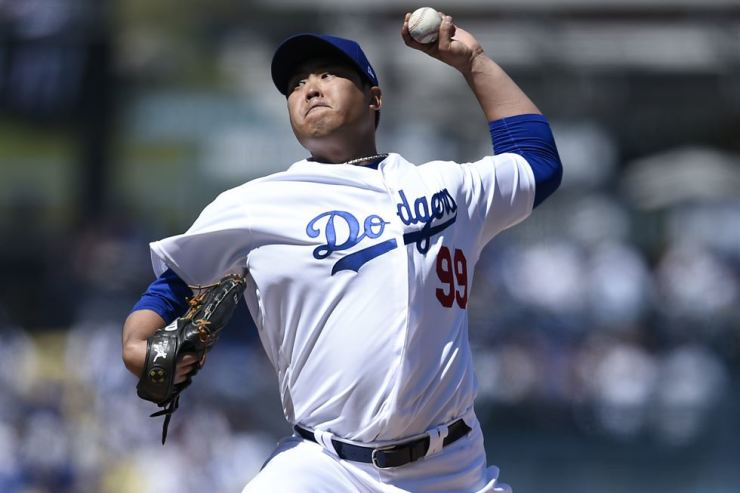 Los Angeles Dodgers' Ryu Hyun-jin throws during the opening game against Arizona Diamondbacks in Los Angeles, Thursday (local time). Yonhap