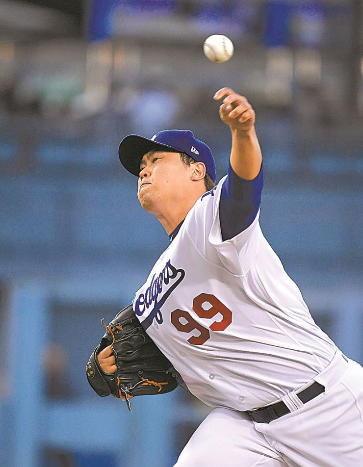 Los Angeles Dodgers starting pitcher Hyun-Jin Ryu throws during the first inning of the team's baseball game against the San Francisco Giants on Wednesday, Aug. 15, 2018, in Los Angeles. AP-Yonhap.