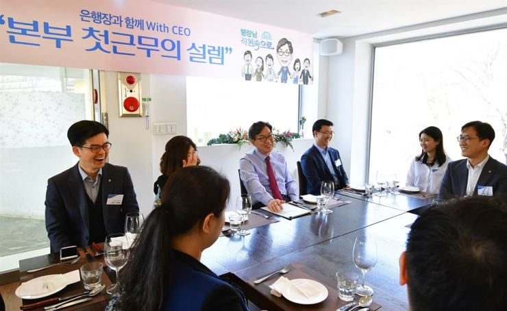 NongHyup Bank CEO Lee Dae-hoon, third from left, talks with the lender's new employees during lunch at a restaurant in Buam-dong, Seoul, Friday. They exchanged views on digitization and economics. Courtesy of NongHyup Bank