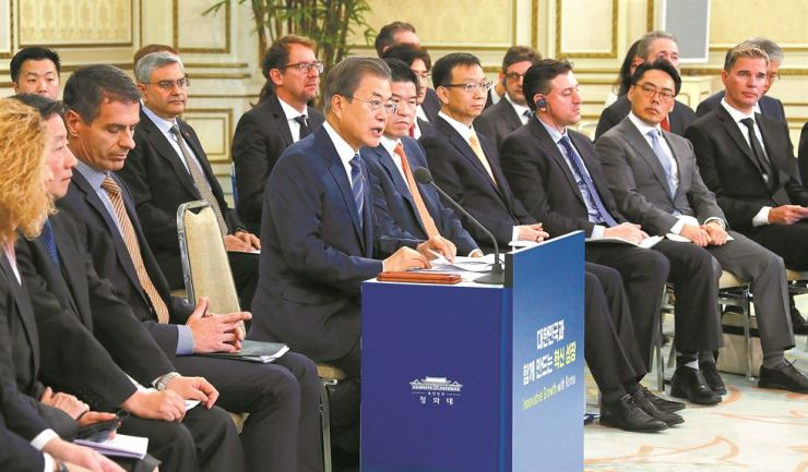 President Moon Jae-in speaks at the start of his meeting with foreign businesspeople at Cheong Wa Dae, Thursday. Yonhap