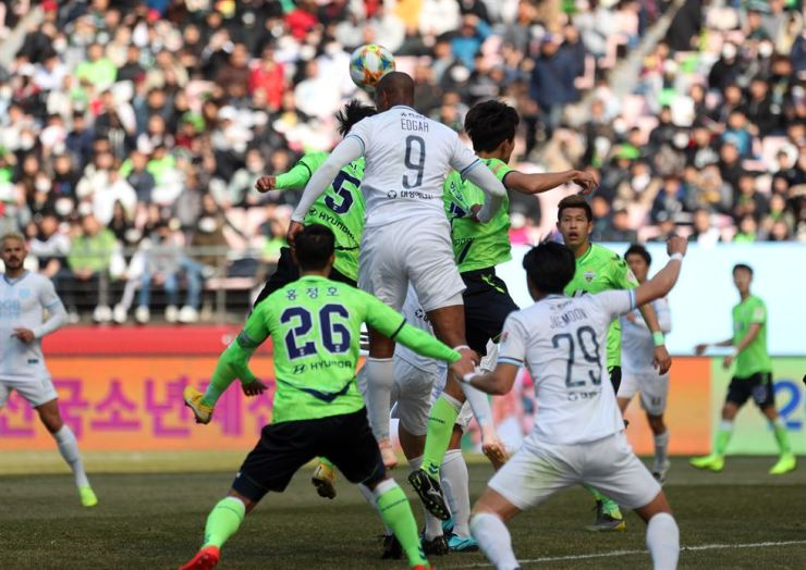 Daegu FC's Brazilian forward Edgar, center, wins a header against Jeonbuk Motors players during the K League 1 match between Daegu and Jeonbuk at the Jeonju World Cup Stadium in Jeonju, North Jeolla Province, on March 1. Yonhap>